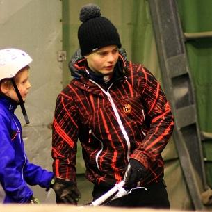 Eirik veileder Nikolai på en av de mange treningene. Foto: Erik Solbakken